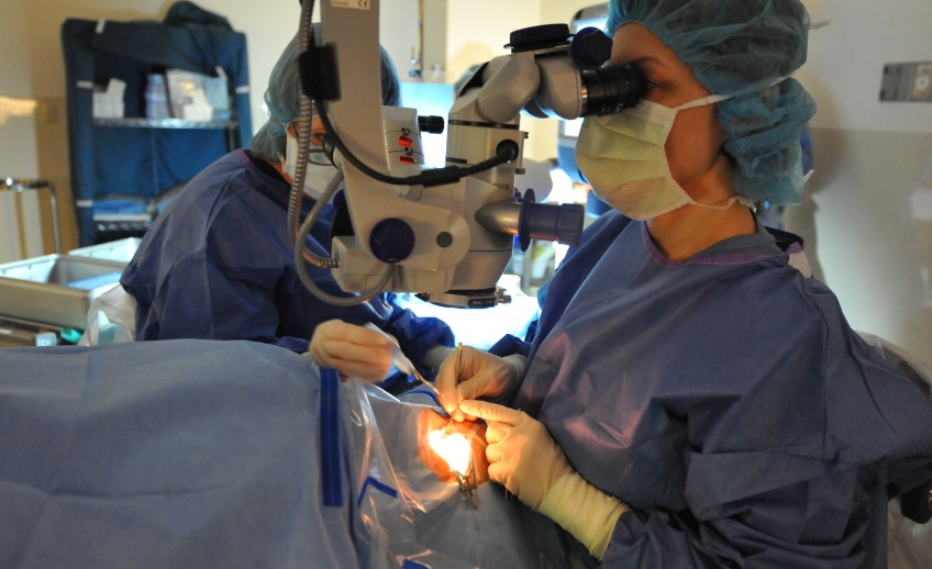 dr. miedziak performing cataract surgery